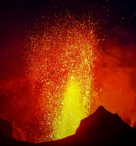stromboli-volcano-eruption-by-boat